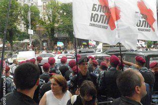 Более 200 сторонников Тимошенко собрались под судом