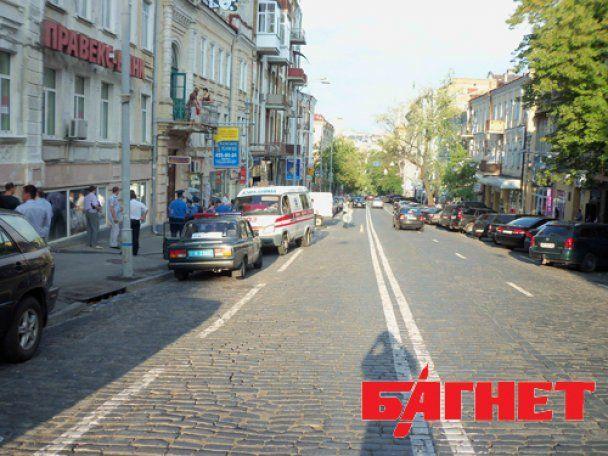 """В центре Киева """"Мерседес"""" раздавил женщину, паркуясь на тротуаре"""