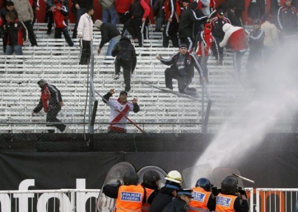 Массовые беспорядки устроили в Аргентине футбольные фанаты