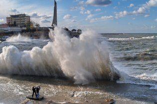В Крыму туристам запретили купаться и ходить в горы