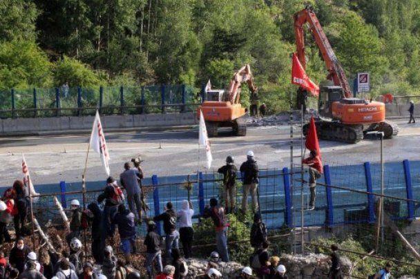 Сотни итальянцев, протестуя против строительства железной дороги, подрались с полицией