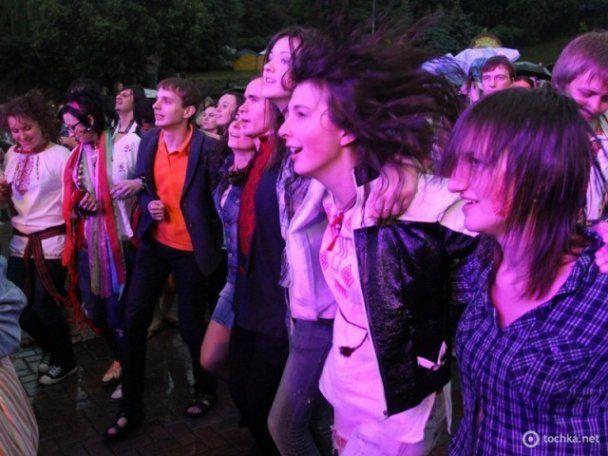 """На """"Країні мрій"""" дівчата танцювали у мокрих вишиванках, а босі хлопці билися на шаблях"""