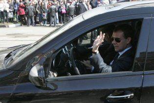 Джип Медведева наехал на толпу людей (видео)