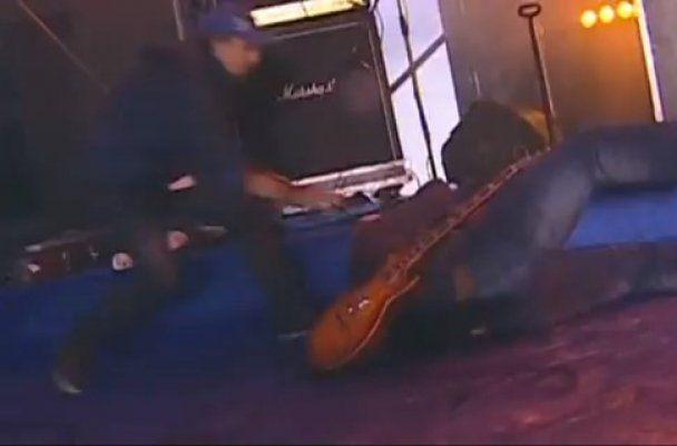 """Во время концерта на Майдане чуть не погиб гитарист """"Бумбокса"""""""