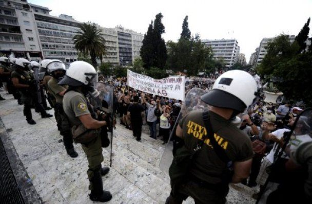 Грецькі анархісти і поліція перетворили Афіни на поле бою, півсотні поранених