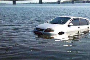 В Днепропетровске влюбленные едва не утонули, отдавшись страсти в машине на берегу реки
