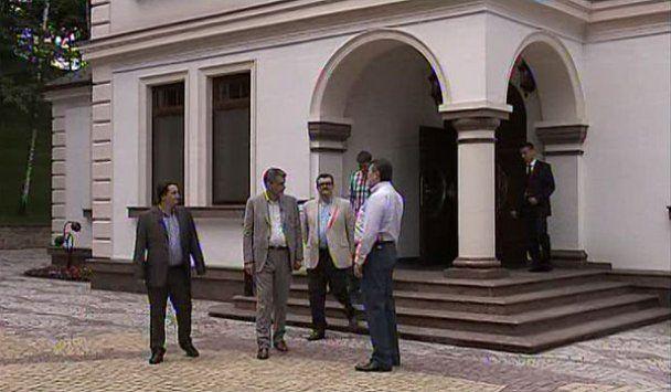 """Янукович провел для журналистов экскурсию по """"Межигорью"""""""