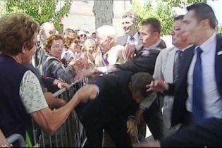 На Саркози напал мужчина, потянув президента за пиджак в толпу