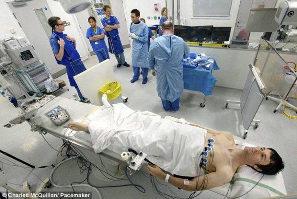 Фотограф без наркозу зняв операцію на власному серці