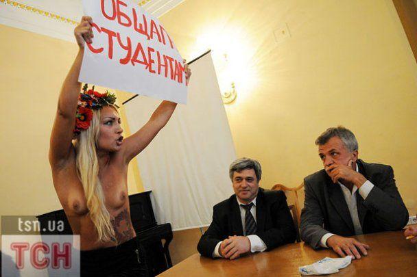 Гола FEMEN зірвала вручення дипломів в КНУ ім. Шевченка