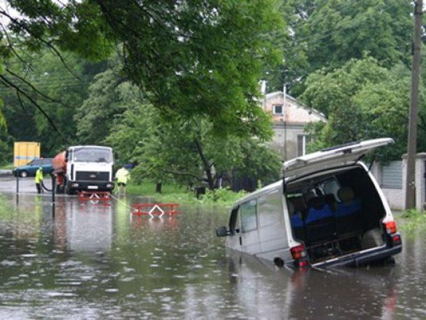 Из-за ливней в Полтаве микроавтобус провалился под асфальт