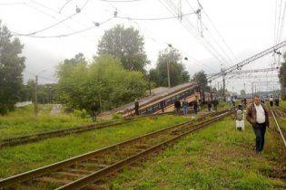 Во Львове электричка сошла с рельсов и упала на дорогу