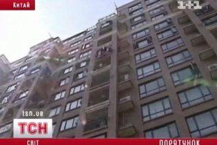 Дворічна китаянка впала з 10-го поверху на руки випадковій перехожій