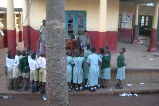 В Уганді школярів скликали на уроки ударами по бомбі