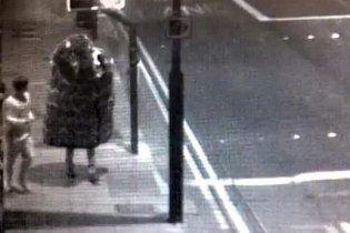 Гигантская вязанная шапка сбежала из английского Лидса (видео)