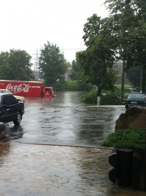 У Харкові через сильні дощі та грозу затопило метро і загинула жінка
