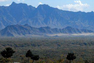 На сході Афганістану літак врізався в гору і згорів