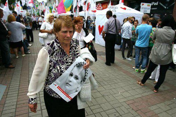 Юлія Тимошенко прийшла до суду з квітами
