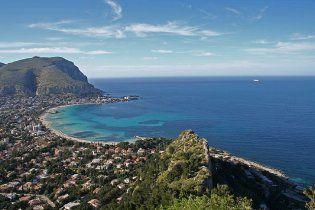 """На пляжах Сицилії туристів атакували отруйні """"водорості-вбивці"""""""