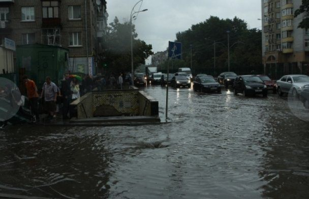 Потоп у Києві: маршрутки плавали, а підземні переходи пішли під воду