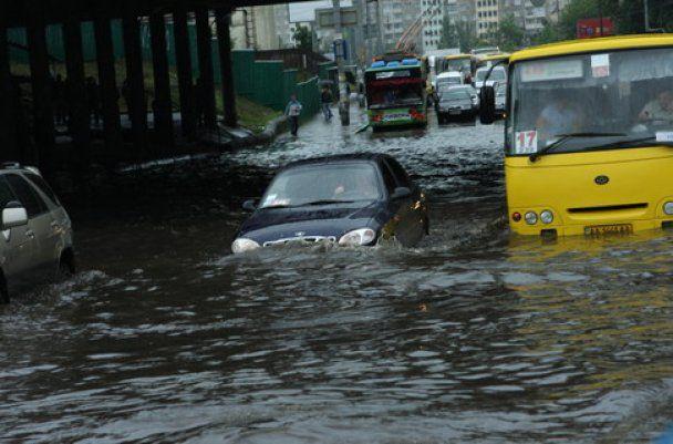 Потоп в Киеве: маршрутки плавали, а подземные переходы ушли под воду
