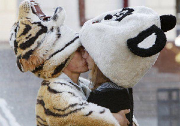 Увесь світ відзначає день поцілунків