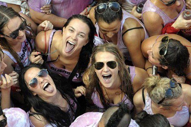 Голі дівчата та річки вина на фестивалі Сан-Фермін