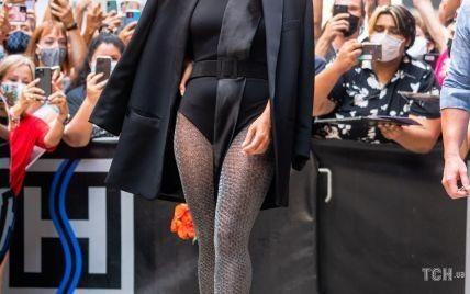 У боді, блискучих колготах і тюрбані: Леді Гага захопила новим аутфітом