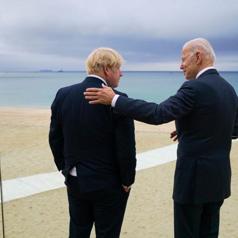 """""""Зеленее от пандемии"""": Джонсон поздравил Байдена во время визита в Великобританию"""
