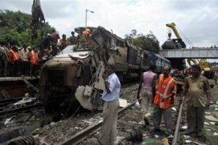 В Индии поезд врезался в пассажирский автобус: десятки жертв