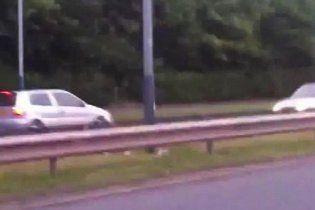 """Подросток на Citroen, развлекаясь, устроил гонки с полицией по """"встречке"""" (видео)"""