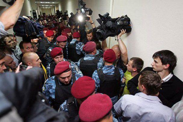 """У Печерському суді депутати побилися з бійцями """"Грифону"""""""