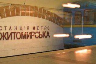 В столичном метро пассажир упал на рельсы