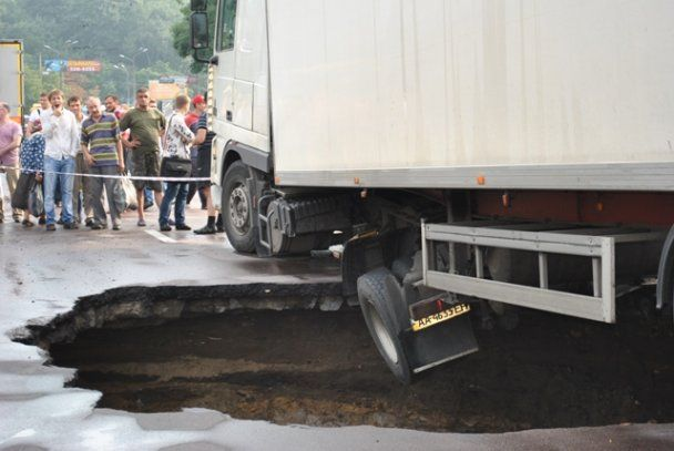 На вулиці Теліги в Києві провалився асфальт, в 6-метрову яму впала фура