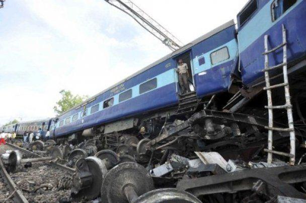 Вследствие железнодорожной катастрофы в Индии погибли более 20 человек
