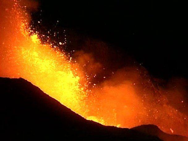 Извержение вулкана Этна прервало авиасообщение с Сицилией