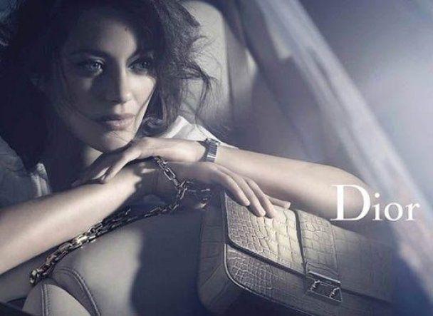 Маріон Котійяр рекламує сумки Dior з голими ногами