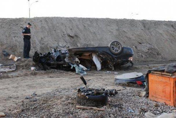 ДТП у Києві: кабріолет BMW влетів у котлован, є жертви