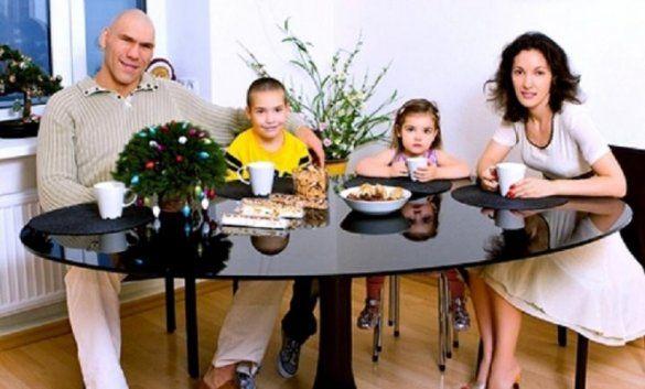Микола Валуєв зі сім'єю