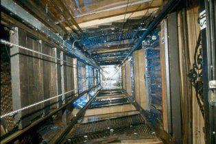 Киевлянин чудом выжил, упав с 15-метровой высоты в шахту лифта