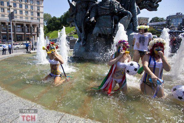 Еротична мийка від FEMEN у фонтані на Майдані