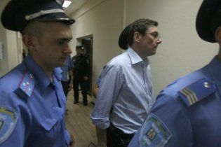 Два полковника міліції у суді вимагають з Луценка мільйон