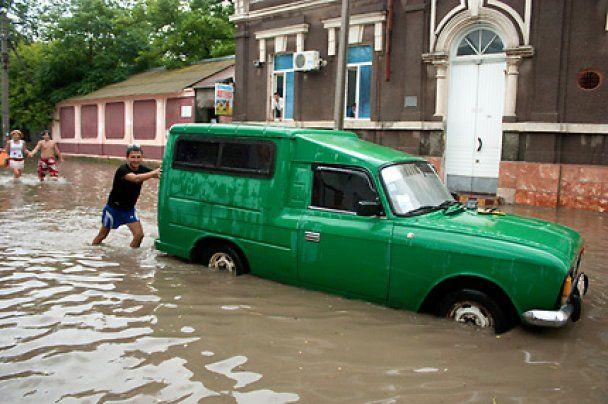 Євпаторію залило дощами: трамваї зупинилися, а машини плавали по дорогах