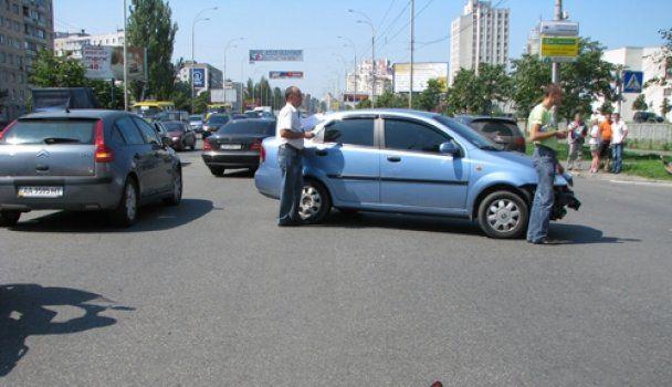 У Києві дівчина на Suzuki влаштувала ДТП (відео)