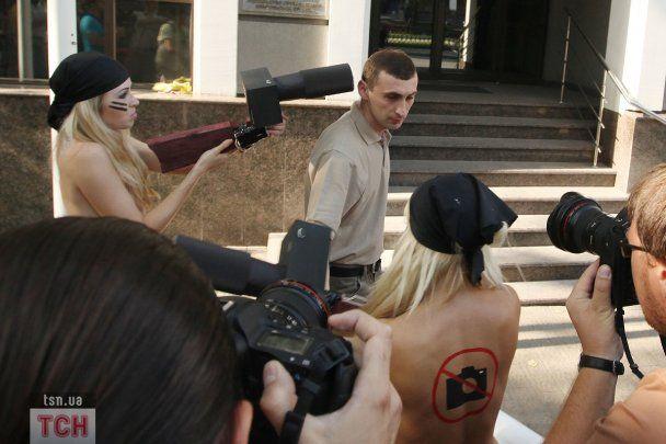 Під час топлес-протесту FEMЕN постраждали журналісти