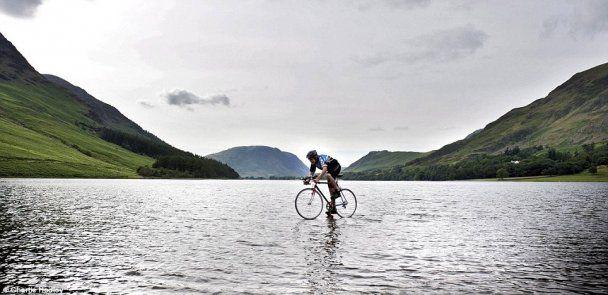 Британський підліток проїхався по озеру на велосипеді