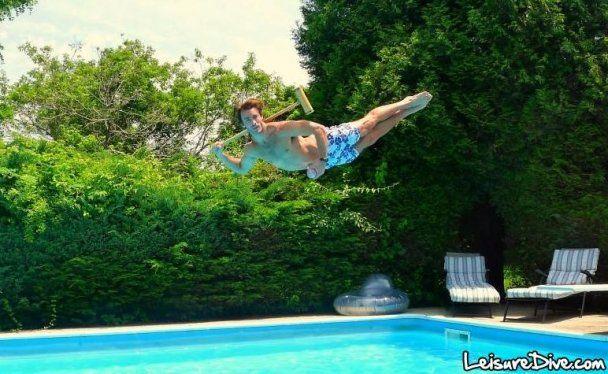 Британці вигадали нову божевільну розвагу - літати над басейном