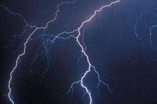 На Житомирщині блискавка вбила жінку, влучивши в її мобільний