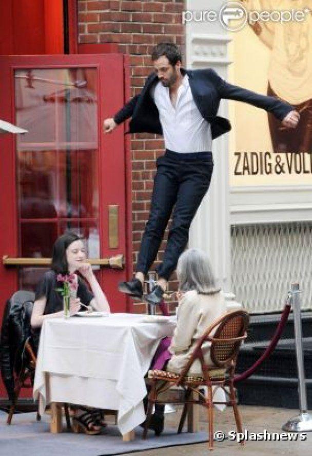 Наречений Наталі Портман застрибнув на столик відвідувачів кафе