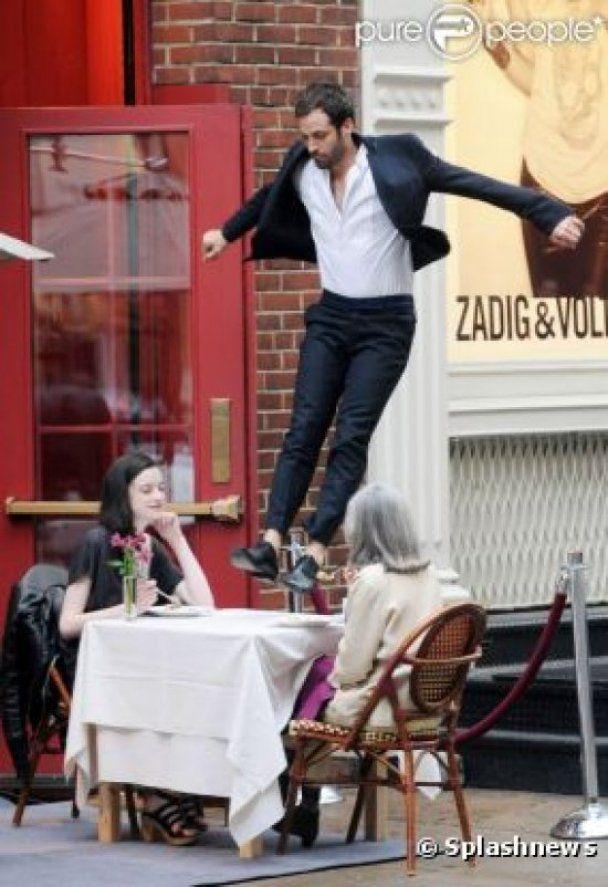 Жених Натали Портман запрыгнул на столик посетителей кафе